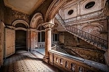 wnętrze opuszczonego pałacu