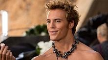 Sam Claffin też nosi perły ;)