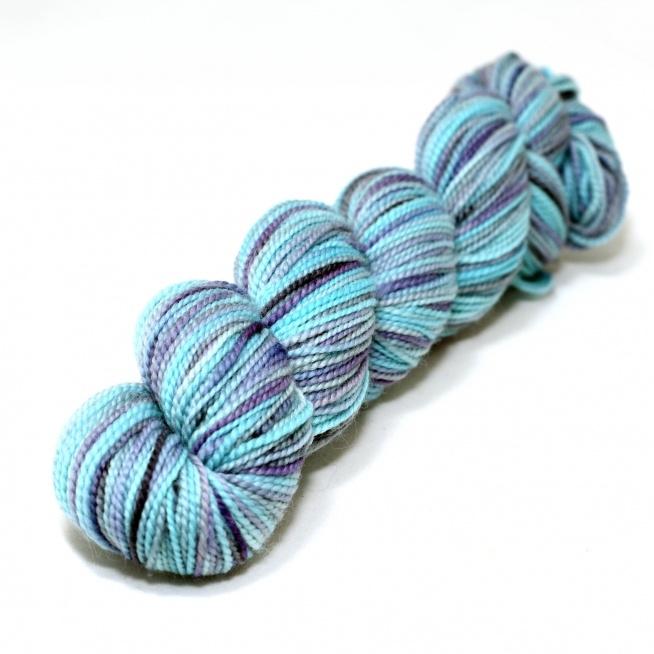 KOIGU 433L Skład: 100% wełna merynosa Cienka delikatna, ręcznie barwiona wełna merynosów sprowadzona bezpośrednio od producenta Koigu Wool Design z Kanady.