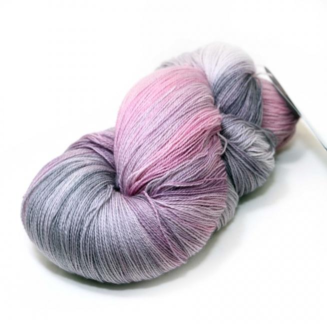 SALDANHA LACE WEIGHT MERINO MOONDUST Decorehand.com Skład: 100% merino superwash.  Delikatna włoczka doskonała na ażurowe wyroby.  Niezwykłe harmonijne, pastelowe wybarwienie włoczki sprawia, że kolory ukladają się pasami.
