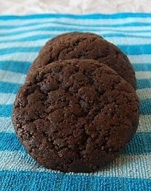 ciastka czekoladowe Składniki:  140g miękkiego masła (użyłam kiepskiej margar...