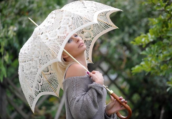 PARASOL AŻUROWY Parasolka wykonana szydełkiem z delikatnych nici. Czas realizacji zamówienia - 6 tygodni.