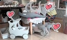 Drewniane ekologiczne wózeczki dla lalek i nie tylko od OLOKAGRUPPE..  Wymiary: dł.49 x wys.49 x szer.29 cm  Zapraszamy!