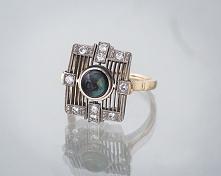 Pierścionek o nietypowym kroju, z ciemną perłą i diamentami.