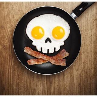 Forma do jajek w kształcie czaszki idealna na Halloween.