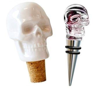 Zatyczki do wina w kształcie czaszek.