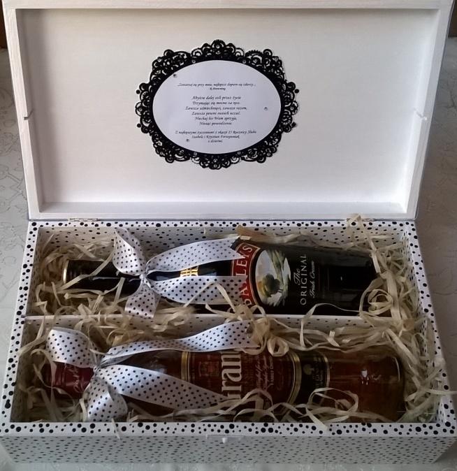 Podwójna skrzynka na alkohol w stylu pin-up. Idealny prezent na Ślub, Poprawiny, Rocznicę, itp. Do kompletu pasująca kartka i koperta ręcznie malowana.