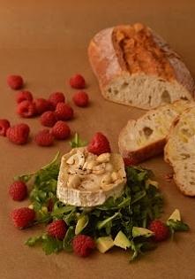 sałatka z rukoli z kozim serem i malinami