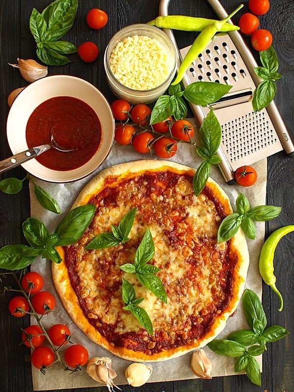 Pizzamargarita   Klasyczna, prosta w przygotowaniu pizza. Świetnie smakuje sama, ale może być także bazą dla różnych kompozycji - z szynką, z owocami morza, z warzywami...