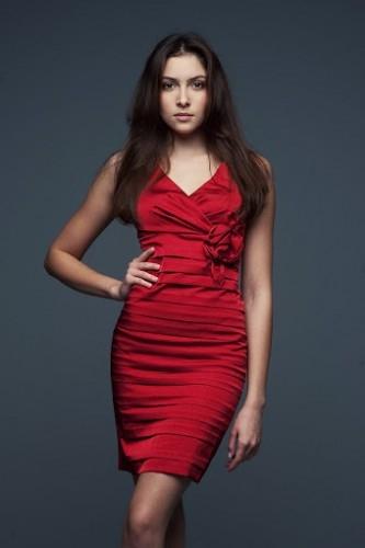 Czerwona sukienka z ozdobnym kwiatkiem