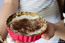 Bezglutenowa wegańska tarta bez pieczenia z masłem orzechowy, orzechami i daktylami.
