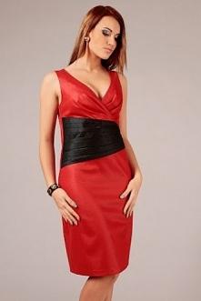 Czerwona sukienka z wyeksponowanym dekoltem