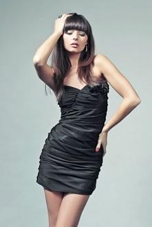 Czarna zjawiskowa sukienka bez ramiączek z ozdobnym kwiatem