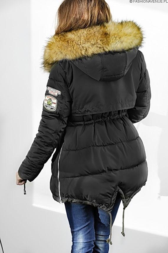 Bardzo ciepła, pikowana kurtka zimowa z kapturem. Kurtka jest ocieplona doskonałej jakości puchem syntetycznym. Klasyczny krój - ładnie leży na sylwetce.