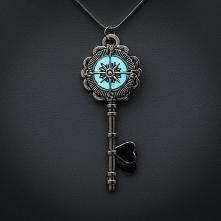 Świecący w ciemności klucz.