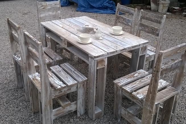 Stół z krzesłami z-eco. Stworzona z palet