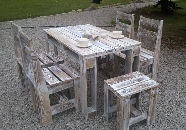 Stół z krzesłami lub taboretami z-eco. Stworzona z palet