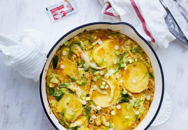 TORTILLA Z BRUKSELKĄ Składniki      2 łyżki oliwy     200 g brukselki     1 ziemniak średniej wielkości     1 mała cebula     sól i pieprz do smaku     10 jajek     1 łyżeczka wędzonej papryki w proszku     2 dymki     tabasco do podania     Sposób przygotowania  Rozgrzewamy piekarnik do 190oC. Brukselki kroimy w paseczki, obranego ziemniaka w półcentymetrowe plastry, cebulę w piórka. Rozgrzewamy oliwę na patelni z żaroodporną rączką. Wrzucamy warzywa, doprawiamy do smaku solą i pieprzem.   Przykrywamy i smażymy na średnim ogniu przez 10 minut - od czasu do czasu mieszamy. Warzywa powinny się lekko przyrumienić. Jajka roztrzepujemy z papryką i odrobiną soli, wlewamy na patelnię. Smażymy chwilę, po czym wstawiamy patelnię do piekarnika na mniej więcej 10 minut - aż jajka się zetną. Podajemy z pokrojonymi w krążki dymkami, skrapiamy tabasco (lub innym ostrym sosem).