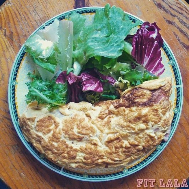 """Typowe białkowo-tłuszczowe śniadanie. Tu omlet z 3 jaj(z żółtkami), suchą wieprzową kiełbasą i mixem sałat.   Śniadania białkowo-tłuszczowe dają uczucie sytości na dłuższy czas niż owsianki. Tłuszcz trawi się dłużej niż węglowodany, białko jako najbardziej termogeniczny składnik przyspiesza metabolizm, nie podnosi gwałtownie poziomu glukozy we krwi, co zapobiega """"ścianie insulinowej"""", z którą często spotykamy się przy spożywaniu weglowodanów. Ponadto przestawienie się na posiłki b-t pozwala nauczyć organizm czerpać energię z zapasowego tłuszczyku.   Samo zdrowie :)   Oczywiście taki omlet podajemy z dodatkową porcją białka i tłuszczu(np serek wiejski z pestkami dyni/słonecznika), ponieważ taki omlet z sałatą, smażony na tłuszczu ma ok. 300kcal, a to trochę za mało jak na pierwszy posiłek(zwłaszcza przed treningiem)"""