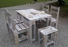 Stół z krzesłami lub tabore...