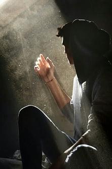 Nie obawiaj się być słabym... Nie bądź zbyt dumny, by być silnym.. Spójrz...