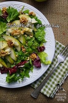 Sałatka z gruszkami, orzechami i serem pleśniowym
