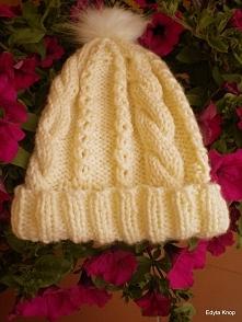 Zapraszam do zakupu,piękna elegancka czapka damska.została zrobiona na drutach,bezszwowo,w kolorze kremowym.Została zrobiona z włóczki dobrej jakości akryl z wełną i jest bardzo ciepła.Doskonała na mrożne dni zimą.Nie wysyłam za granicę