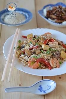Smażony makaron z krewetkami, warzywami i tofu