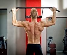 Trening mięśni brzucha na drążku.