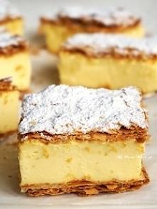 Składniki:  2 płaty ciasta francuskiego (najlepiej na maśle)  800 ml śmietany kremówki 30 %  1 szklanka mleka  ziarenka z dwóch lasek wanilii lub opakowanie cukru wanilinowego (...