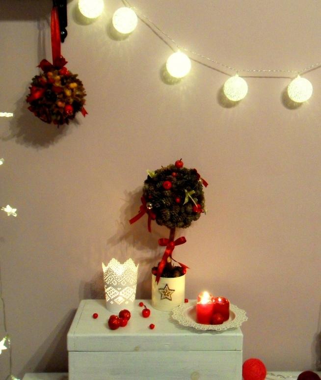 Dekoracyjne drzewko bożonarodzeniowe oraz dekoracyjna kula świąteczna. Wykonane z szyszek nadadzą wnętrzu niepowtarzalny klimat. Cena za drzewko 25zł, za kule 15zł. Dekoracje Wrzosik