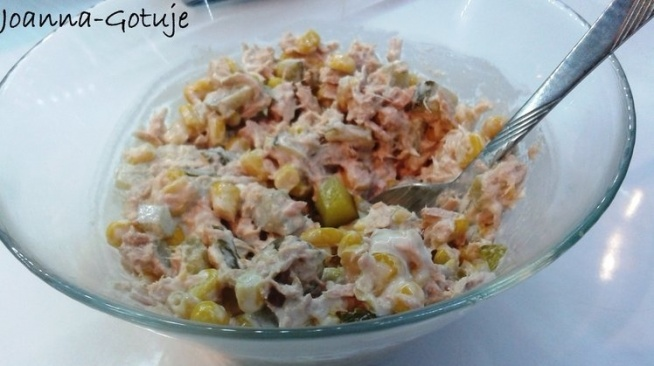 SKŁADNIKI: Puszka tuńczyka w sosie własnym, (ale oczywiście można użyć w oleju roślinnym) Pół puszki kukurydzy konserwowej Szklanka sera żółtego Mała cebula (można bez) 2 średniej wielkości ogórki kiszone z własnej spiżarni 2 łyżki majonezu  mu 012  mu 009    WYKONANIE:  1. Tuńczyk odsączam z zalewy i wykładam do naczynia 2. Odsączoną kukurydzę dodaję do tuńczyka 3. Ogórki kiszone i cebulę kroimy w kosteczkę 4. Dodajemy starty ser i majonez 5. Wszystko razem mieszamy i gotowe