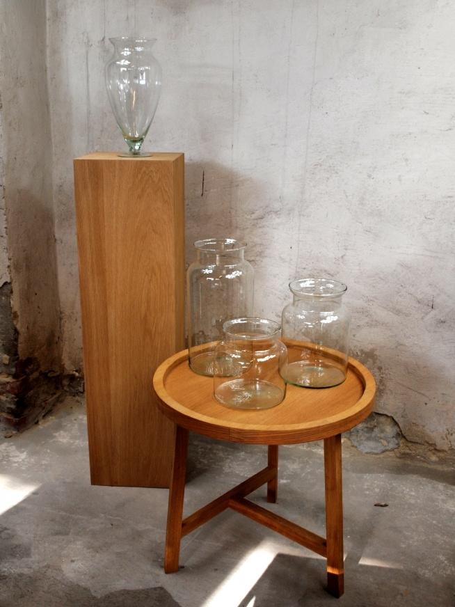 Szklane słoje z eko szkła,dębowa kolumna oraz dębowy stolik