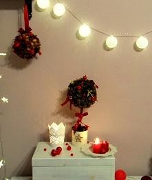 Dekoracyjne drzewko bożonarodzeniowe oraz dekoracyjna kula świąteczna. Wykonane z szyszek nadadzą wnętrzu niepowtarzalny klimat. Cena za drzewko 25zł, za kule 15zł. Dekoracje Wr...