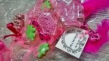 Prezent dla dziewczynki na urodziny. Różowe słodkie bukiety. Dekorowane piórkami, kokardkami, kryształkami, itd