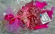 Prezent dla dziewczynki na urodziny. Różowy słodki bukiet z pierniczków z imieniem, koroną sukienką, serduszkiem, itp.