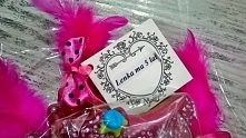 Prezent dla dziewczynki na urodziny. Słodki różowy bukiet z pierniczków. Ozdobiony amarantowymi piórkami, kokardkami, kryształkami, itp.