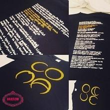 T-shirt bawełniany z ręcznie malowanym logo zespołu COMA (na plecach napisany...