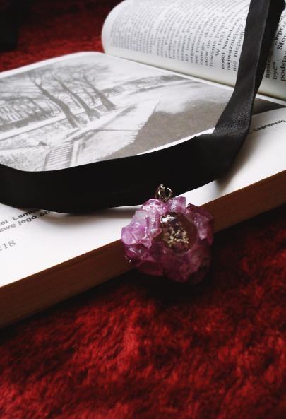 Prezentuję naszyjnik składający się z fioletowej zawieszki i czarnej wstążki. :D Został wykonany przeze mnie. Zapraszam na moje konto vinted (link w komentarzach) gdzie możecie znaleźć więcej biżuterii. :)