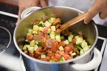 Szukasz pomysłu na szybki obiad? Połącz cukinię, kiełbasę i pomidory. Potrawę...