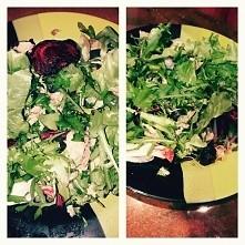 Dziś danie okołotreningowe; pieczony burak, sałata lodowa, rukola, czarne oliwki i makrela ;) instagram: Lenek_13