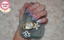 Urocze kropeczki i negative space  :). Bardzo dziewczęcy manicure.