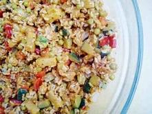 Sałatka ryżowa z kurczakiem i cukinia.