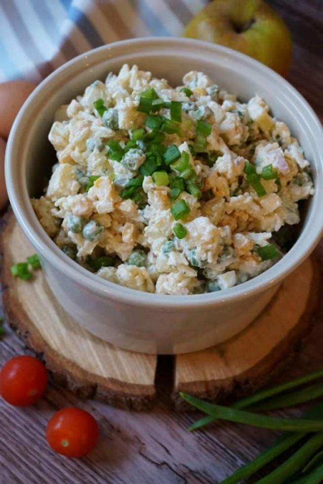Prościutka sałatka Przepis na tą sałatę mama w swoich zborach od lat. Chętnie przygotowuję ta sałatkę na wszelkie przyjęcia bo cieszy się dużym powodzeniem i jest prościutka w przygotowaniu :) SKŁADNIKI: 150g brązowego ryżu (opcjonalnie białego) 500ml bulionu (opcjonalnie) 250g mrożonego groszku puszka kukurydzy 2 kwaśne jabłka 3-4 kiszone ogórki 3-4 jajka duża cebula (najlepiej czerwona lub dwie szalotki) majonez sól, czarny pieprz PRZYGOTOWANIE: Ryż gotujemy w wodzie lub bulionie warzywnym/drobiowym zgodnie z czasem podanym na opakowaniu. Powinien być delikatnie twardawy. Rozgotowany nie będzie wyglądał estetycznie w sałatce. Odsączam i studzimy. Jajka gotujemy na twardo, Studzimy, obieramy i kroimy w kostkę. Groszek gotujemy 2-3 minuty w osolonym wrzątku. Przelewamy lodowata wodą aby zachować kolor warzywa. Jabłka myjemy, obieramy i kroimy w kostkę razem z ogórkami i cebulą. Pokrojone jabłka, jajka, ogórek i cebulę łączymy z przestudzonym ryżem i groszkiem oraz odsączoną kukurydzą. Całość mieszamy z majonezem. Doprawiamy sola i świeżo mielonym czarnym pieprzem.