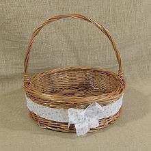 Zgrabny okrągły koszyk wiklinowy z pałąkiem zdobiony wstążką z kokardą. Koszyk to doskonała propozycja tacy na świąteczny stół na której możemy podać owoce lub słodycze w tym św...