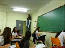 Nauczyciel uniemożliwia uczniom ściąganie. WIĘCEJ PO KLIKNIĘCIU W OBRAZEK.