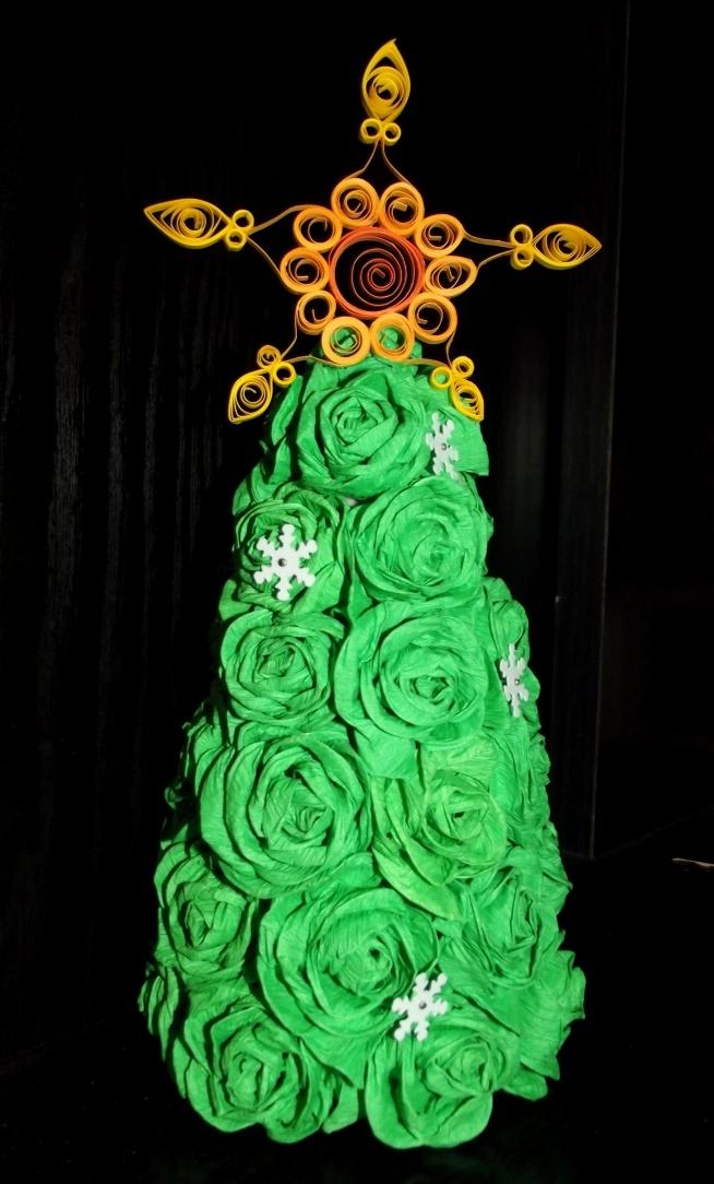 choinka specjalnie dla babci (dziecko, choinka musi być zielona:P) zrobiona z krepiny. Ma ok 22 cm :)