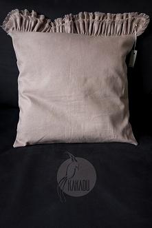 . Rozmiar 40/40, z falbaną 40/57. Wyjątkowo piękna poduszka uszyta z dwóch rodzajów tkanin.  Przód z lnu w pięknym pastelowym, różowym kolorze, tył z bawełnianej tkaniny przebar...
