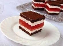 Warstwowe ciasto z galaretka poziomkowa. Kliknij w zdj po przepis.