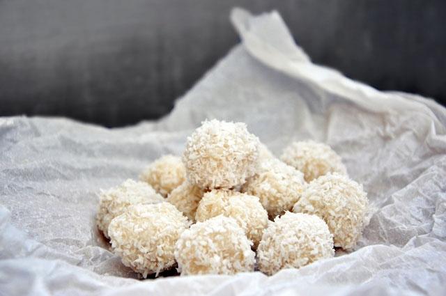 Przepyszny deser dla wielbicieli kokosu :). Od dłuższego czasu przynajmniej raz w tygodniu przyrządzam dla swoich domowników wegańskie domowe Rafaello :). Jest rewelacyjną przekąską zarówno dla dzieci na szkolne, drugie śniadanie, jak i alternatywą dla ciasta do kawy…  Zapewniam też, że zrobi furorę na świątecznym stole pośród pierniczków i makowców :)     JAGLANE RAFAELLO  Składniki:  (ok. 20-24 sztuki)  100 g kaszy jaglanej  250 ml mleka kokosowego/ mleka krowiego  1 łyżka miodu/ksylitolu   20 całych migdałów  wiórki kokosowe ok 120 g   opcjonalnie laska wanilii  Przygotowanie:  1.Migdały zalać wrzątkiem, odstawić na 20 minut, a następnie obrać ze skórki.  2.Kaszę płuczemy pod zimną i wrzącą wodą, a następnie przesypujemy do garnka. Zalewamy mlekiem i gotujemy na małym ogniu, dodajemy miód/ksylitol oraz rozkrojoną wzdłuż laskę wanilii. Gotujemy pod przykryciem, aż do wchłonięcia przez kaszę całego mleka.  3.W międzyczasie podprażamy na patelni wiórki kokosowe ok (80 g), do momentu zmienienia koloru na jasno pomarańczowy.  4.Zestawiamy z ognia kaszę, wyjmujemy wanilię, wyskrobujemy ze środka ziarenka, dodajemy wcześniej przygotowane wiórki kokosowe i dokładnie mieszamy.  5.Z kaszy formujemy  zwilżonymi dłońmi kulki wielkości orzecha włoskiego. Do środka wkładamy po jednym migdale i obtaczamy w wiórkach kokosowych (40 g).  6.Kulki schładzamy w lodówce 2-3 godzin, zapewniam, że podczas schładzania, będą niepostrzeżenie znikać :).  Smacznego!